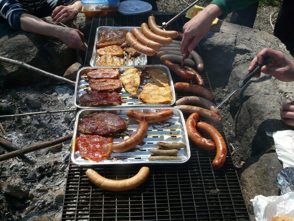 Beau barbecue au charbon de bois